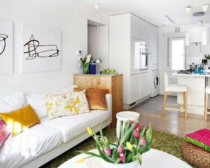 0-canape-blanc-meubles-salon-chic-table-avec-tulipes-colorés-canape-blanc-coussins-deco