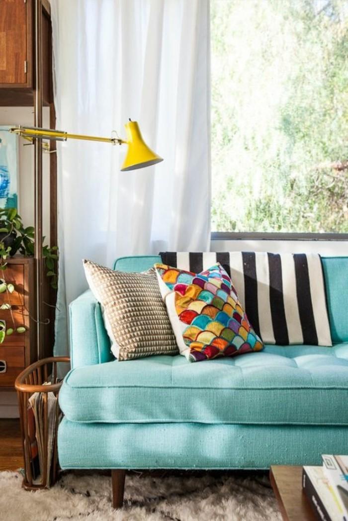 0-canape-bleu-clair-coussins-decoratifs-dans-le-salon-chic-fenetre-grande