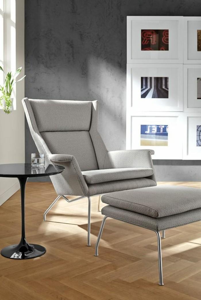 0-chaise-gris-sol-en-parquet-clair-chaise-grise-fauteuil-massant-sol-en-parquet-clair