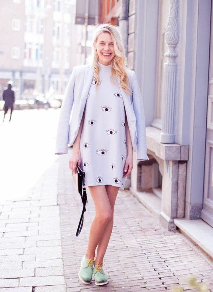 0-derbie-femme-pas-cher-femme-moderne-avec-manteau-gris-clair