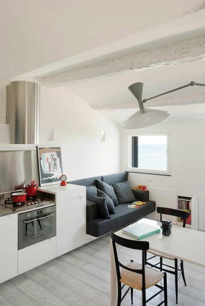 0-joli-salon-blanc-aménagement-petit-salon-sol-en-planchers-gris-meubles-de-cuisine-blanches