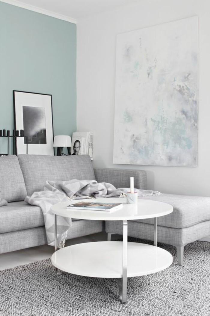 0-joli-salon-tapis-et-meubles-gris-mur-blanc-bleu-clair-peindre-une-pièce-en-deux-couleurs