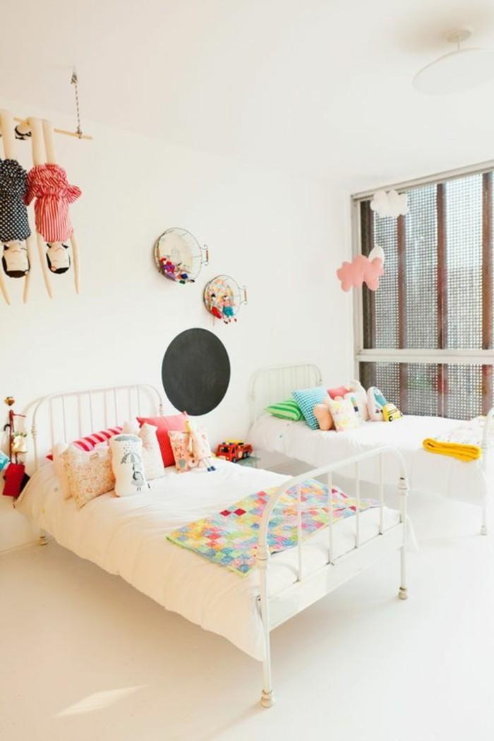 0-jolie-chambre-enfant-sol-beige-lit-enfant-en-fer-comment-marier-les-couleurs