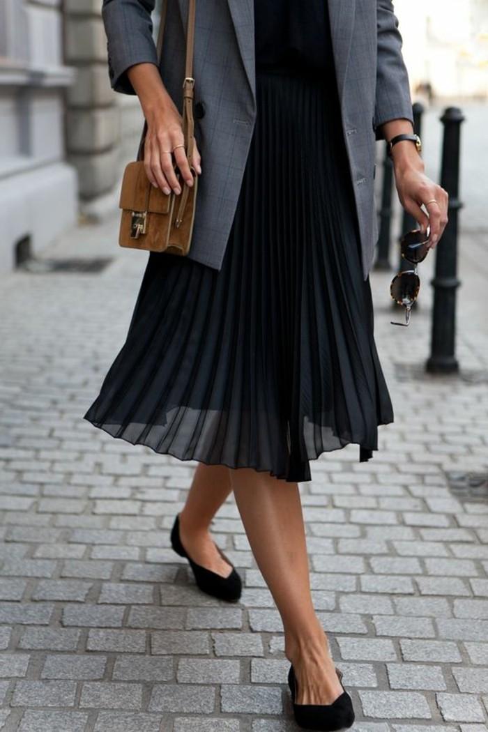 0-jupe-longue-noire-plissée-femme-veste-gris-femme-chaussures-noires