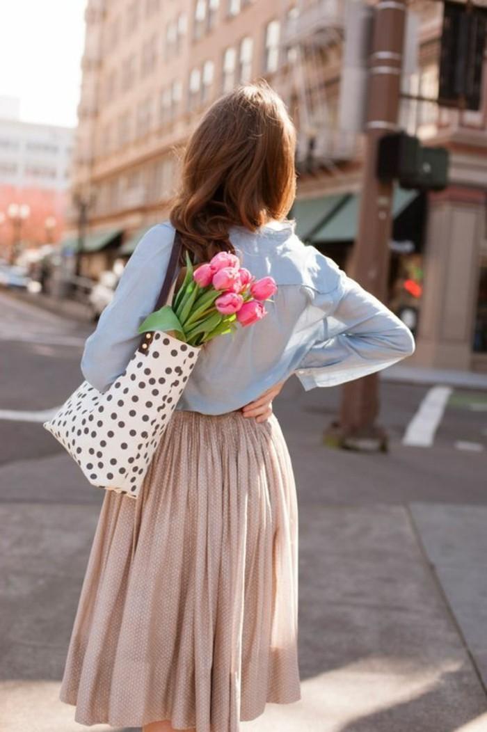 0-jupe-longue-plissée-beige-jupes-mi-longues-beiges-chemise-bleu-clair