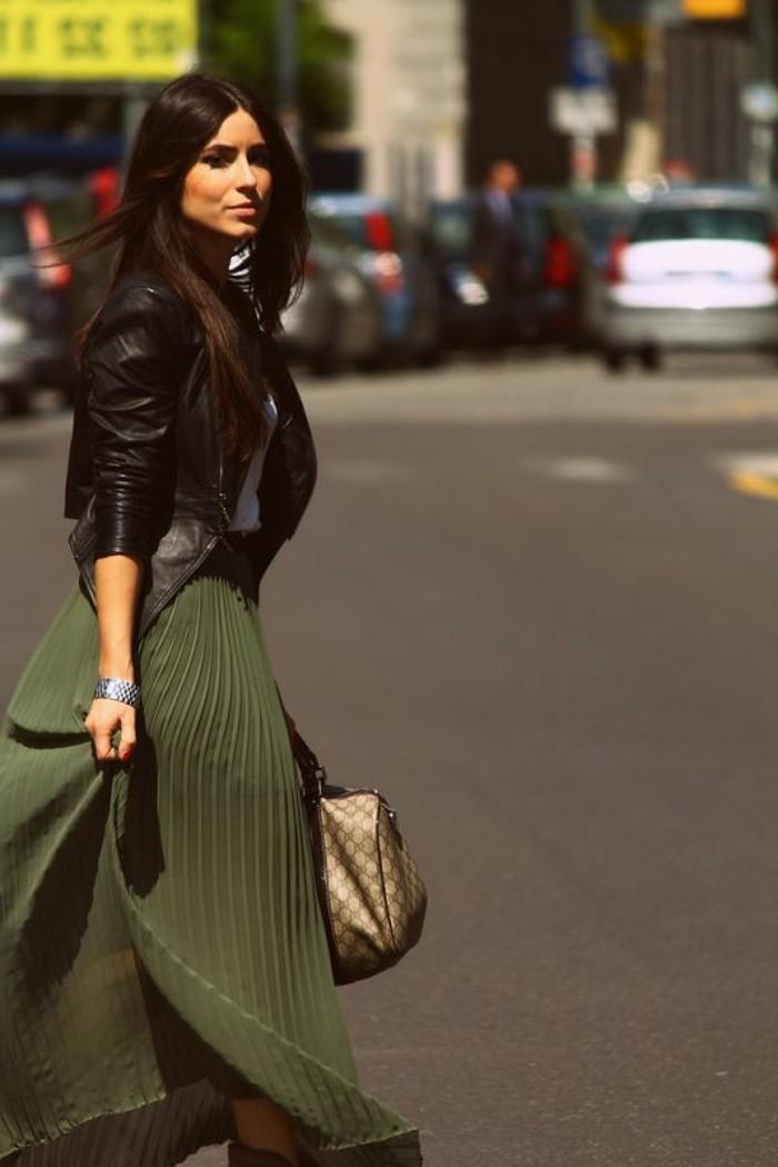 0-jupe-longue-plissée-de-couleur-vert-veste-en-cuir-noir-cheveux-mi-longues