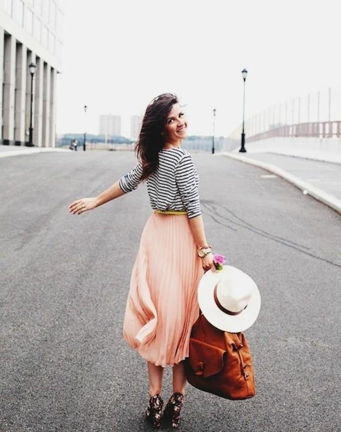 0-jupes-mi-longues-roses-pales-blouse-aux-rayures-blancs-noires-cheveux-mi-courts