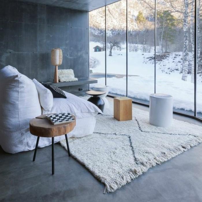 0-quelle-couleur-pour-un-salon-tapis-blanc-sol-en-beton-cire-grande-fenêtre-avec-vue