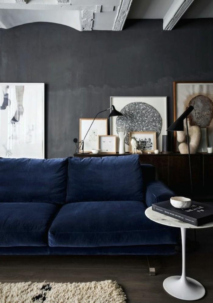 0-salon-avec-canape-bleu-foncé-murs-gris-plafod-sous-combles-mur=gris-fonce