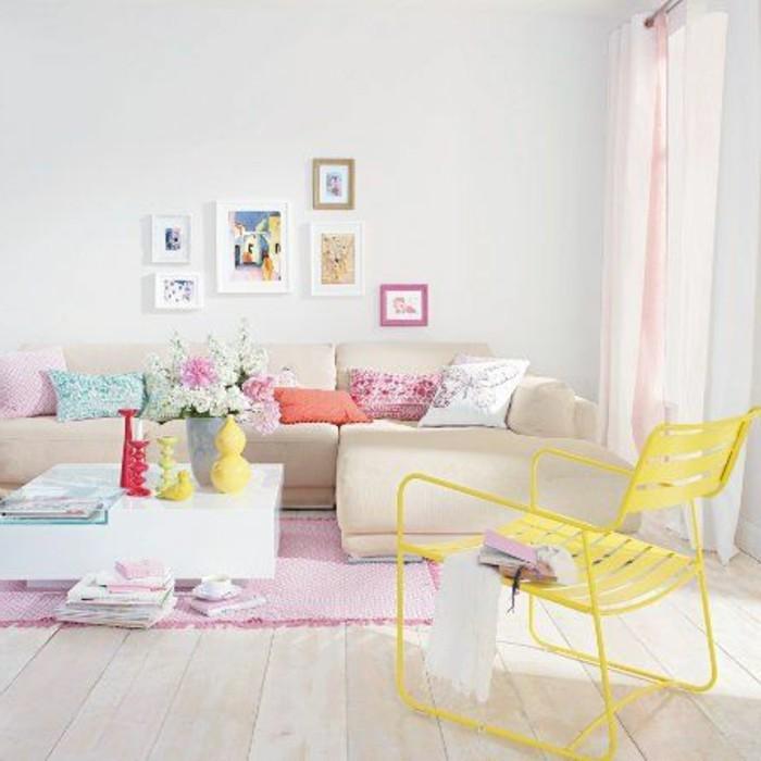 0-salon-de-couleurs-pastel-tapis-rose-sol-en-parquet-clair-mur-blanc-canapé-beige-d-angle