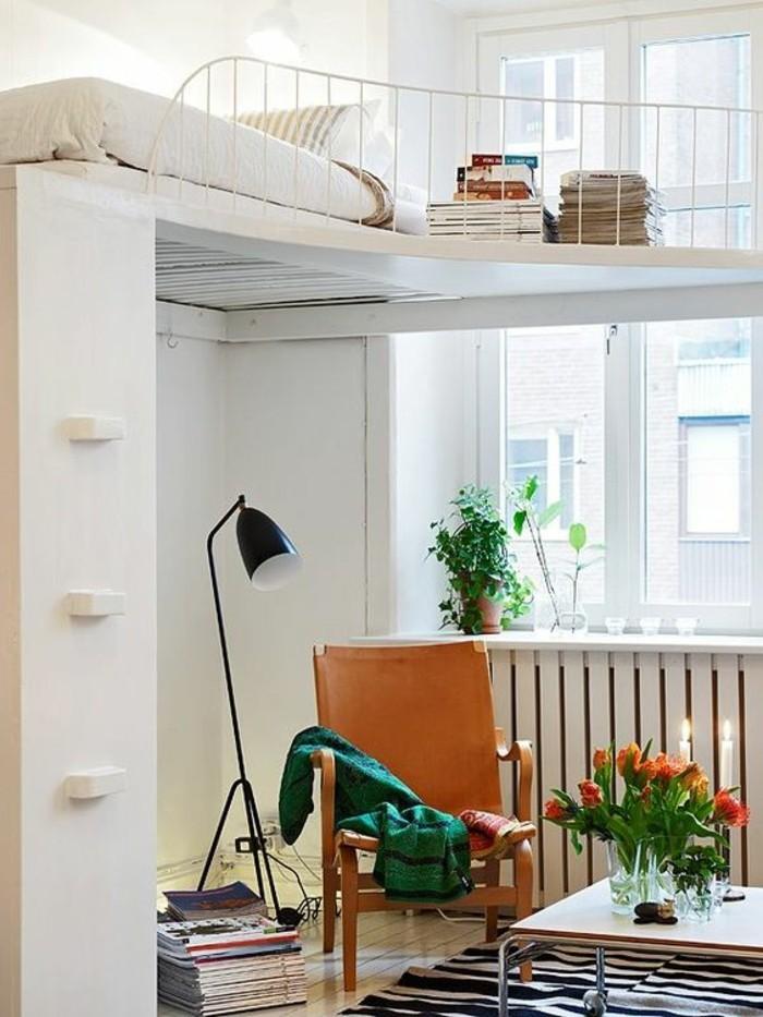 0-salon-plein-de-lumière-tapis-à-rayures-blanc-noires-lampe-de-lecture-noire-fleurs-sur-la-table