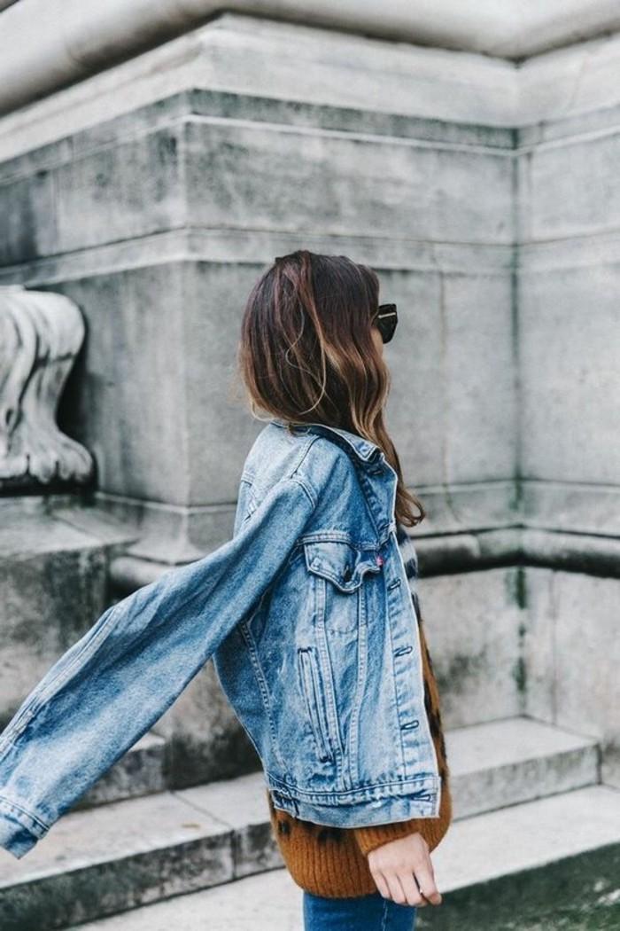 0-veste-denim-design-moderne-et-chic-femme-cheveux-longs-lunettes-du-soleil-modernes