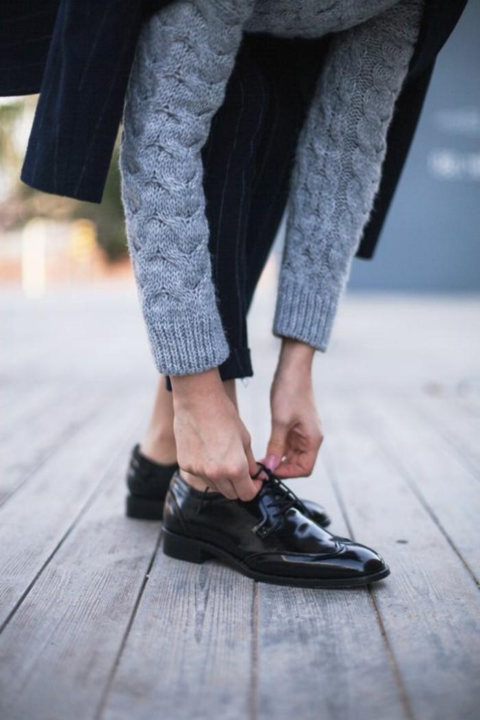 00-derby-chaussures-femme-noires-pour-les-filles-chic-blouse-gris-pull-femme