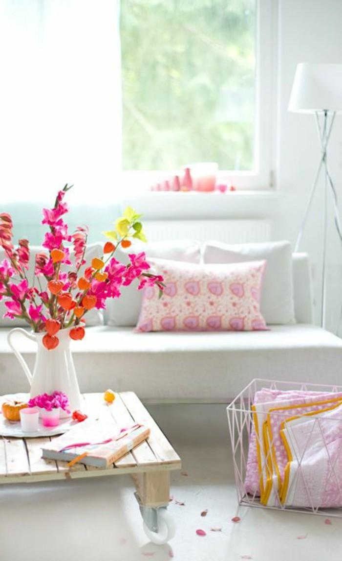 00-idée-peinture-salon-canape-blanc-coussins-decoratis-colorés-sol-beige-idee-salon