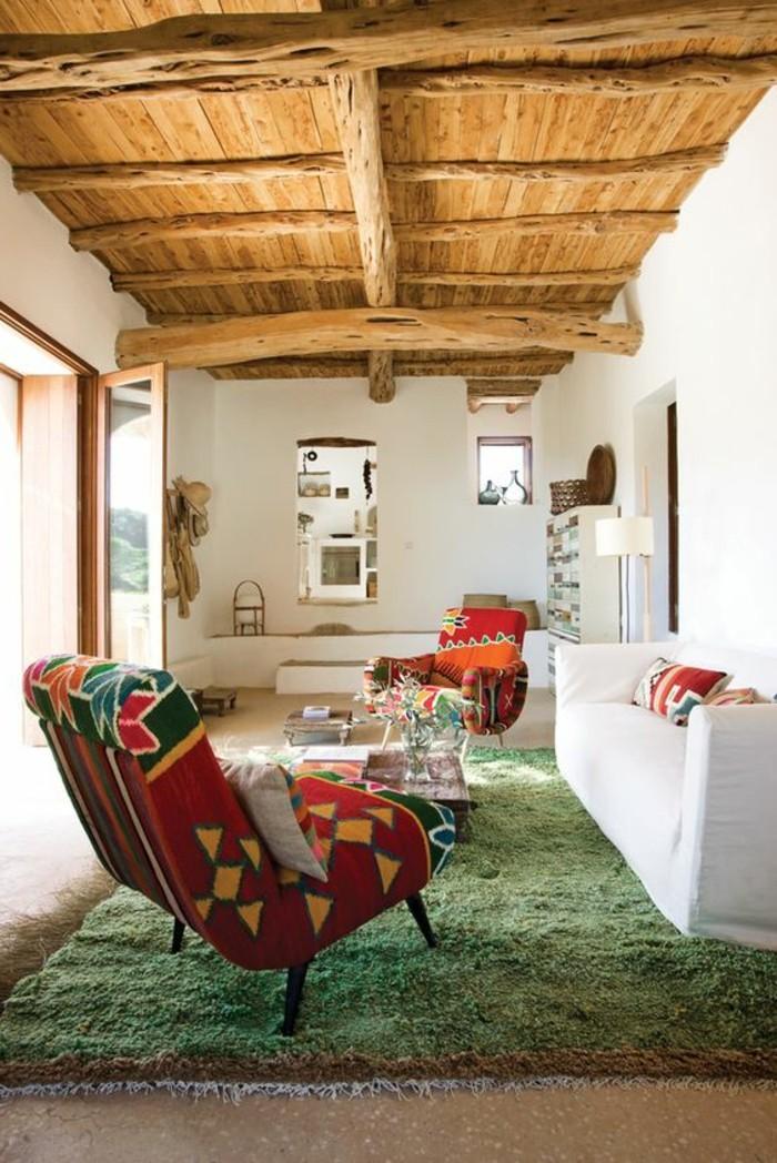 00-idée-peinture-salon-tapis-vert-canape-blanc-coussins-plafond-en-bois
