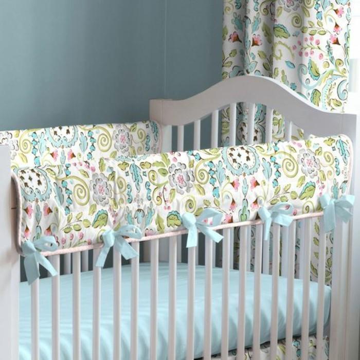 00-joli-tour-de-lit-bébé-pour-votre-chambre-d-enfant-murs-bleu-clair-meubles-enfant