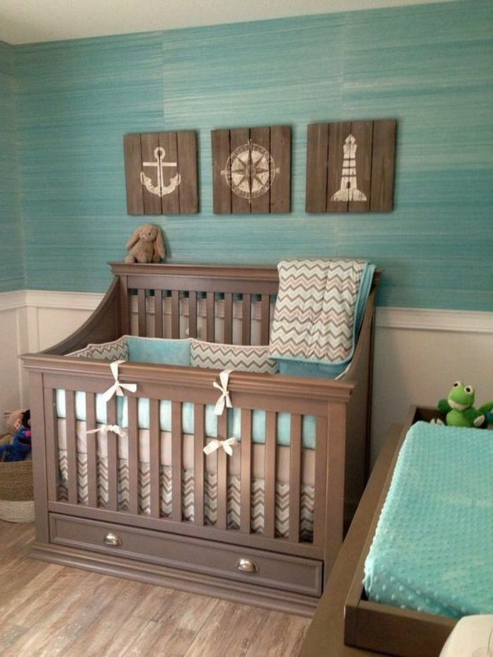 00-jolie-chambre-bebe-lit-bebe-en-bois-foncé-parquet-marron-chambre-bebe-mur-bleu