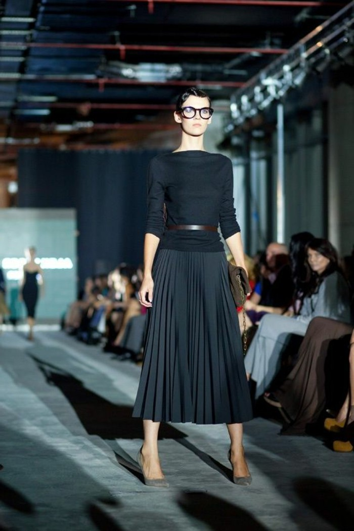 00-les-tendances-de-la-mode-jupes-mi-longues-plissées-noires-blouse-noir-femme