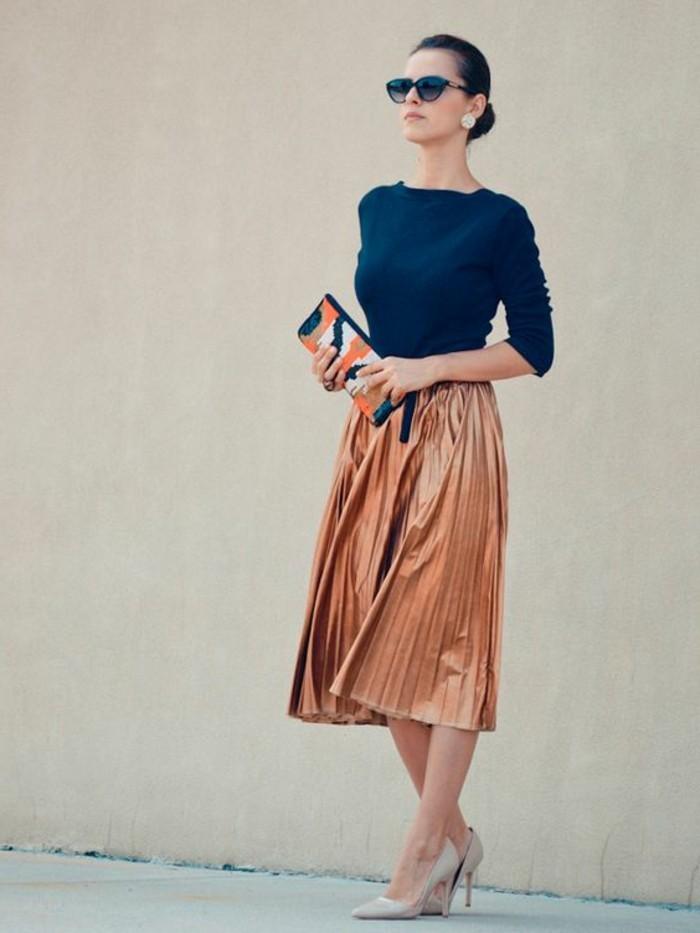 00-magnifiques-jupes-mi-longues-plisées-couleur-marron-clair-blouse-bleu-foncé-talons-beiges
