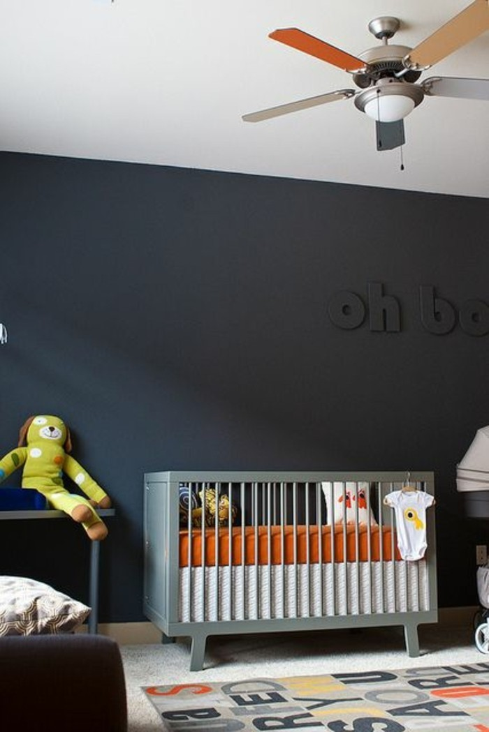 00-murs-gris-perle-lit-bébé-en-bois-tapis-coloré-moquette-beige-chambre-enfant