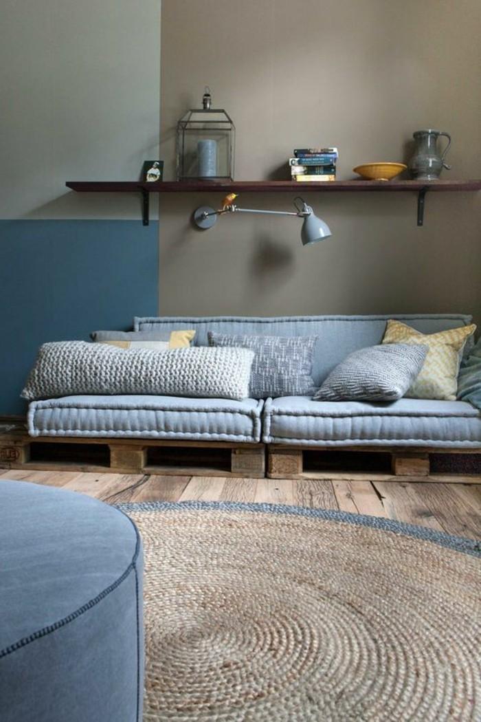 00-peindre-une-pièce-en-deux-couleurs-salon-doubles-couleurs-tapis-rond-en-rotin-meubles-bleus