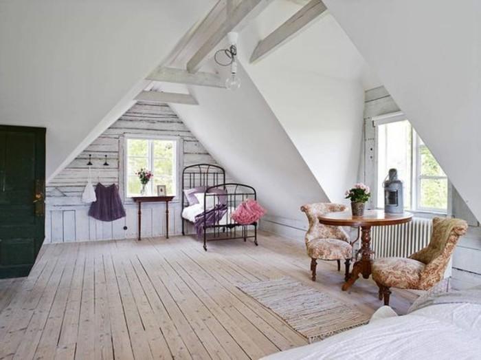 00-salon-planchers-en-bois-sous-pente-amenager-un-petit-salon-planchers-lit-en-fer-forgé