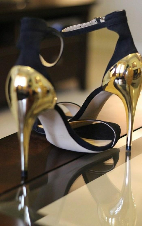 00-sandales-noires-avec-accents-dorés-les-dernières-tendances-chez-les-chaussures-femme
