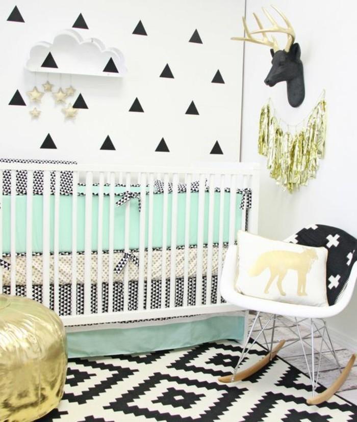00-tour-de-lit-bébé-tapis-blanc-noir-chaise-bercante-bebe-en-plastique-blanche