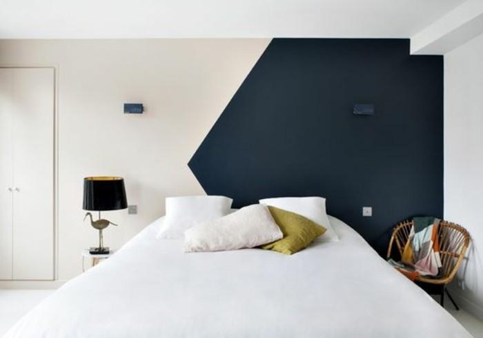 000-peindre-une-pièce-en-deux-couleurs-chambre-a-coucher-mur-blanc-bleu-peinture-glycéro