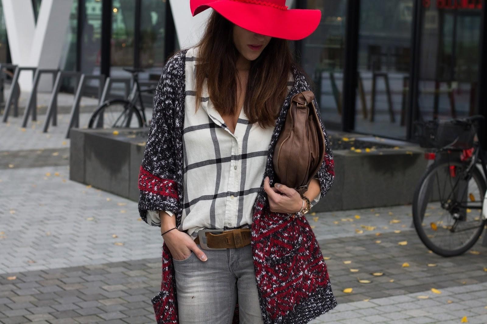 1-style-bohème-chic-bob-chapeau-couleur-bordeau-tenue-à-porter-avec-acessoires