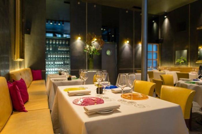 10-l-astrance-paris-les-meilleurs-restaurants-paris-canape-jaune-interieur