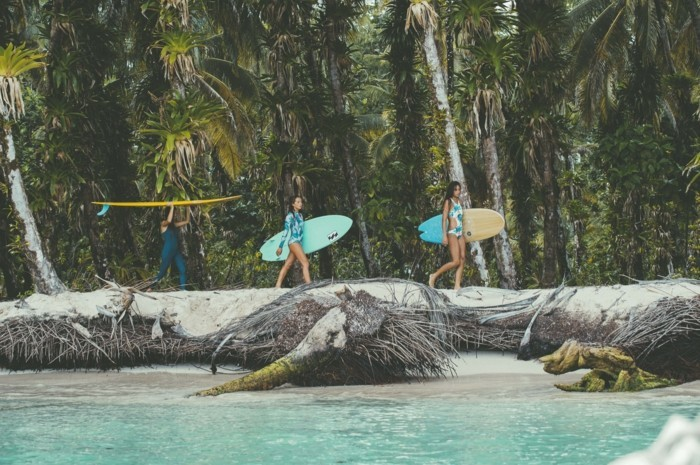 Beauté-de-l'ocean-combinaison-surf-hiver-pas-facile-cool-endroit-ootd-plage-voir-les-surfers