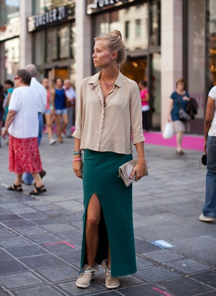Belle-tenue-de-jour-jupe-longue-fendue-femme-blonde