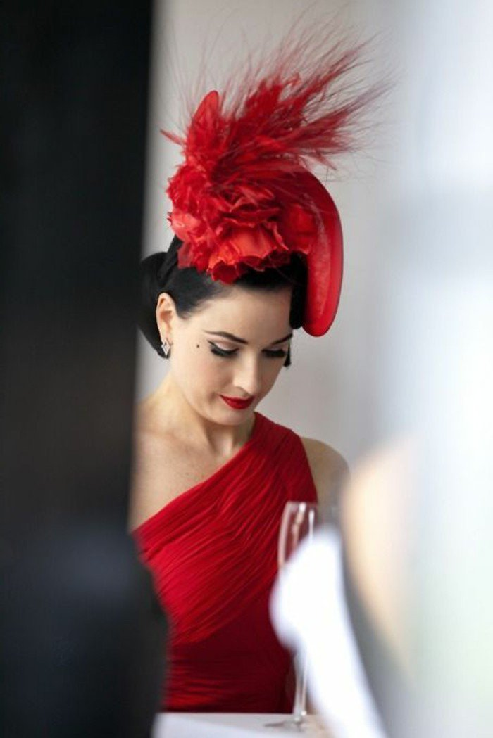 Dita-von-Teese-cool-idée-chapeau-femme-on-aime-ce-style-vestymantaire