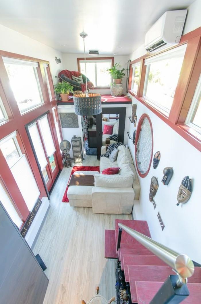 aménagement-petit-salon-sol-en-parquet-clair-meubles-colorés-fenetres-grandes