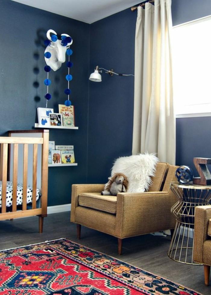 assortir-les-couleurs-dans-une-chambre-enfant-murs-bleus-foncés-tapis-coloré