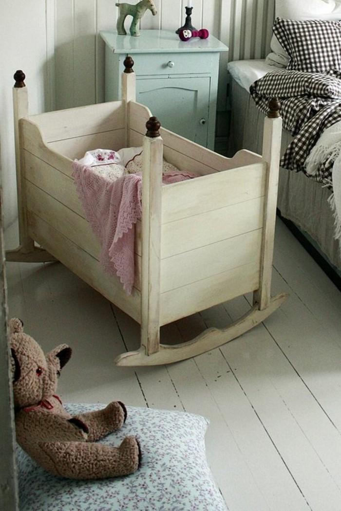berceau-bébé-pas-cher-dans-la-chambre-parentale-sol-en-planchers-en-bois-blanc