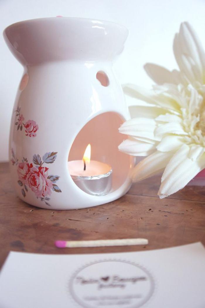 brûle-parfum-blanc-céramique-motif-floral