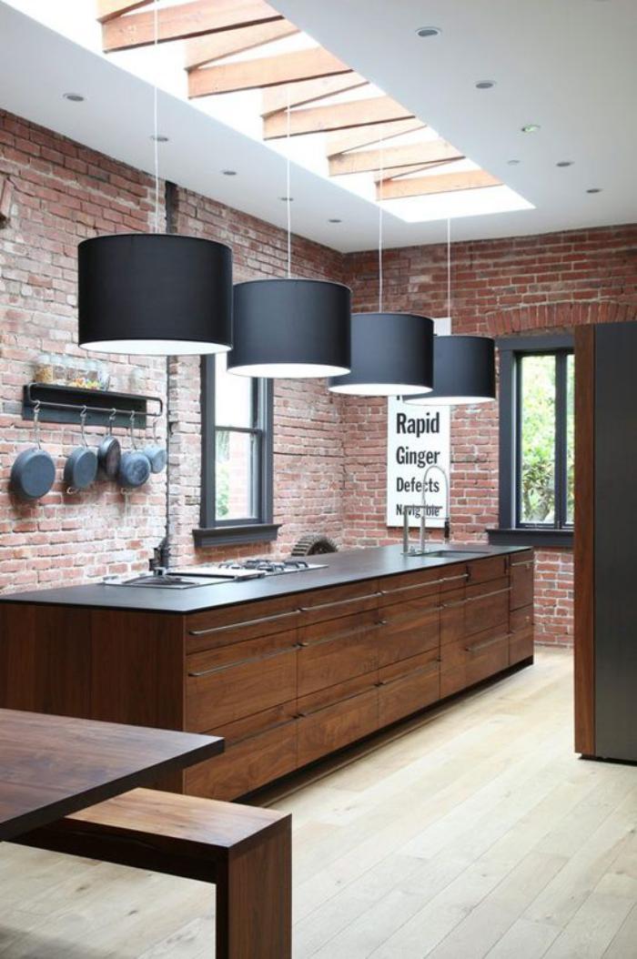 briques-de-parement-cuisine-originale-avec-suspensions-noires-et-verrière-de-toit