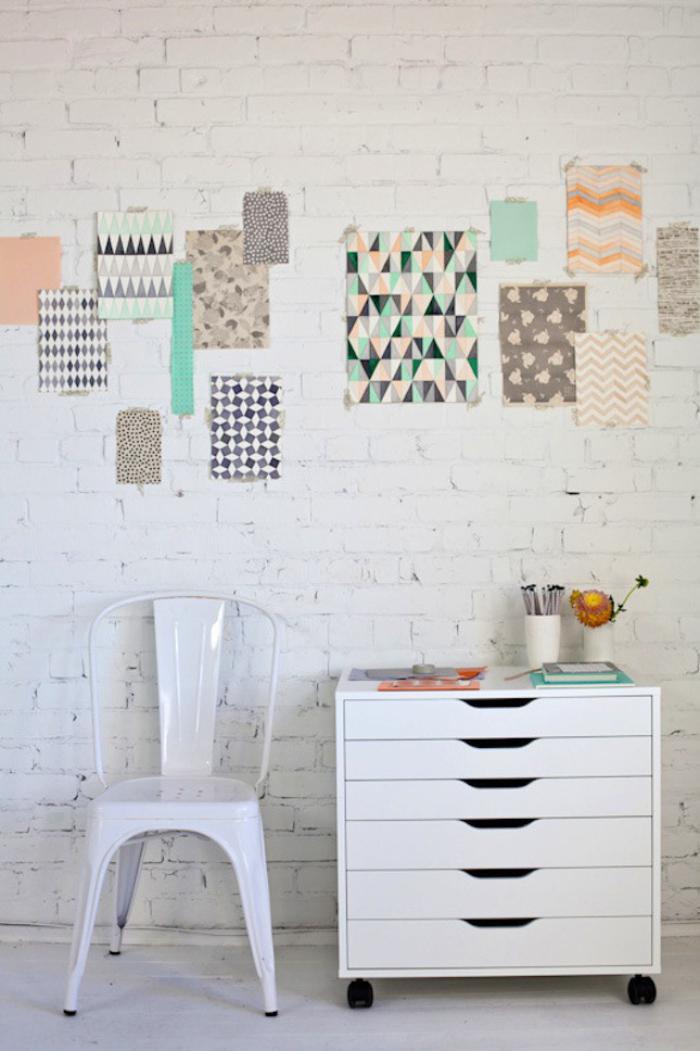 briques-de-parement-mur-en-briques-blanches-et-petits-tableaux-pastels