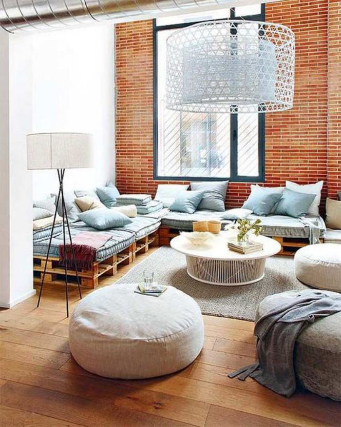 briques-de-parement-parement-brique-meubles-en-palettes-grands-poufs-gris