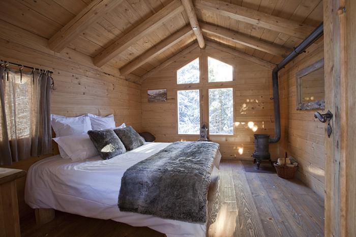 cabane-dans-les-bois-chambre-à-coucher-literie-romantique