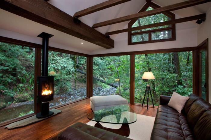 cabane-dans-les-bois-intérieur-luxueux-vue-vers-les-bois