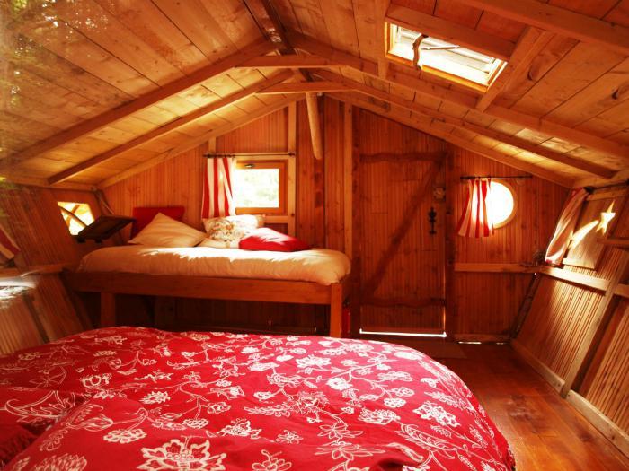 cabane-dans-les-bois-jolie-cabane-en-bois-intérieur
