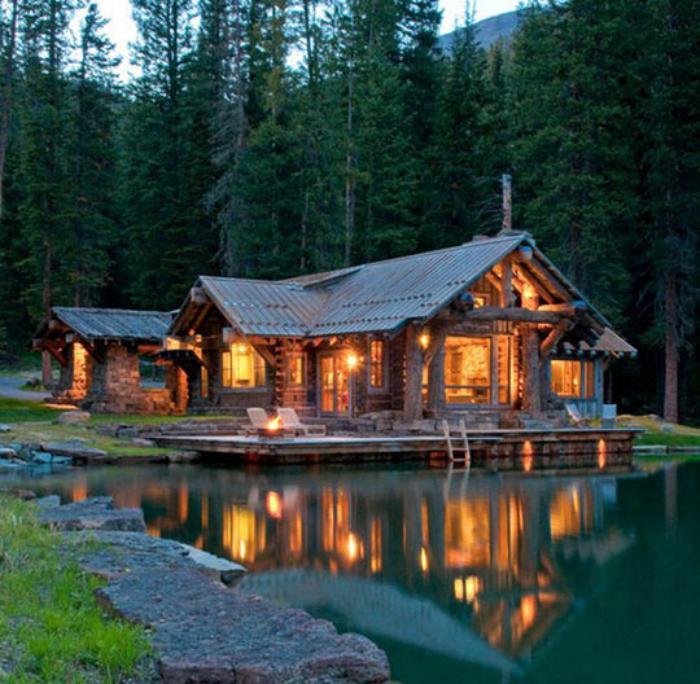cabane-dans-les-bois-près-d-un-lac-silencieux