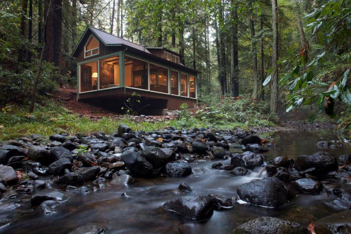 cabane-dans-les-bois-près-de-la-rivière