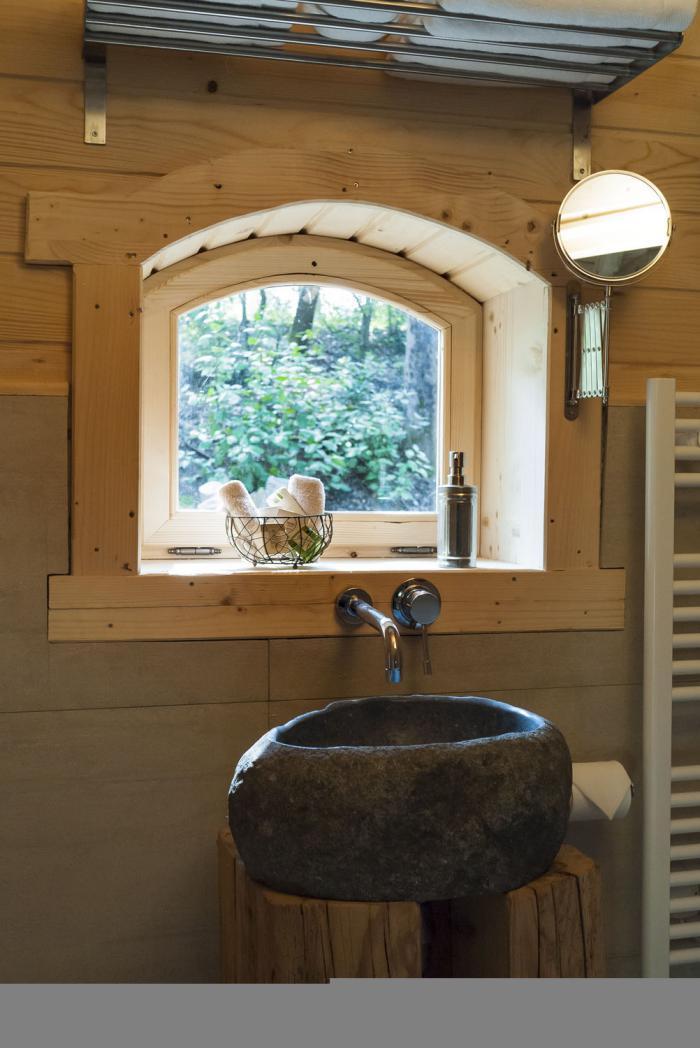 Laventure de séjourner dans une cabane dans les bois