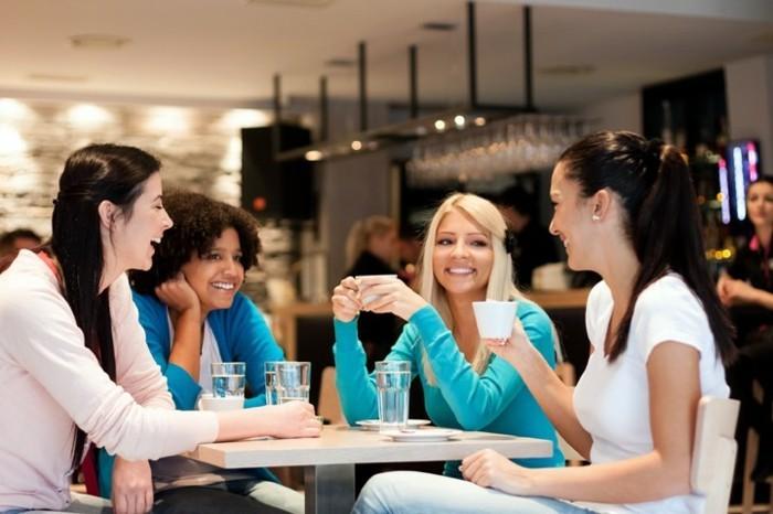 café-idée-quelle-boisson-chaud-choisir-latte-macchiato-café-amies-déjeuner-cafés