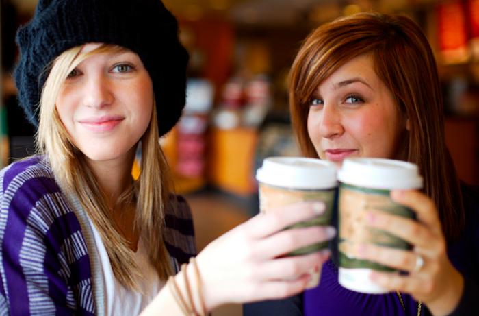 café-starbuck-caffé-latte-machine-a-capuccino-verre-latte-macchiato-vu-les-amies