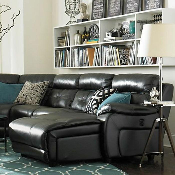 canapé-cuir-noir-pour-le-salon-chic-meubles-de-salon-modernes-tapis-bleu-dans-le-salon